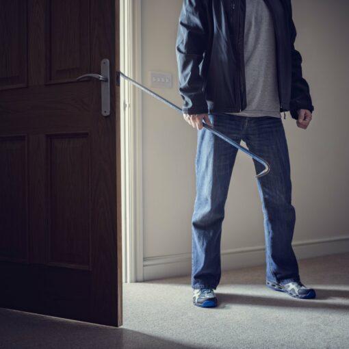 Ladrón armado asaltando un hogar